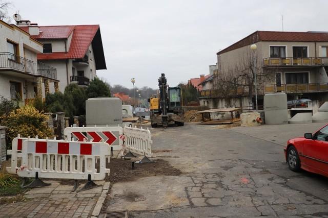W Brzegu trwają prace związane z przebudową ulicy Platanowej. W ramach zadania w miejsce starego kanału deszczowego, który był w bardzo złym stanie, wykonana zostanie nowa sieć kanalizacji deszczowej. Przy drodze stanie również ledowe oświetlenie, a jezdnia i chodniki zyskają nową nawierzchnię. Prace potrwają do 9 czerwca tego roku. Całkowity koszt inwestycji to 2.8 mln zł.