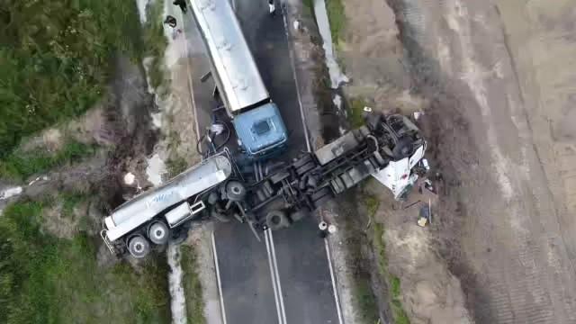 Kierowca ciężarówki, aby uniknąć zderzenia z tym autem, zjechał częściowo na pobocze doprowadzając do wywrócenia cysterny. Droga była zablokowana kilka godzin.