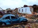 10 lat temu tornado zmiotło ludziom domy i... od tego czasu dzieli mieszkańców