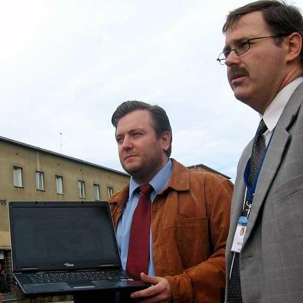 - To działa! - zapewniają Bartosz Kopyto (z lewej) i Michał Jarosz, główny komputerowiec magistratu.