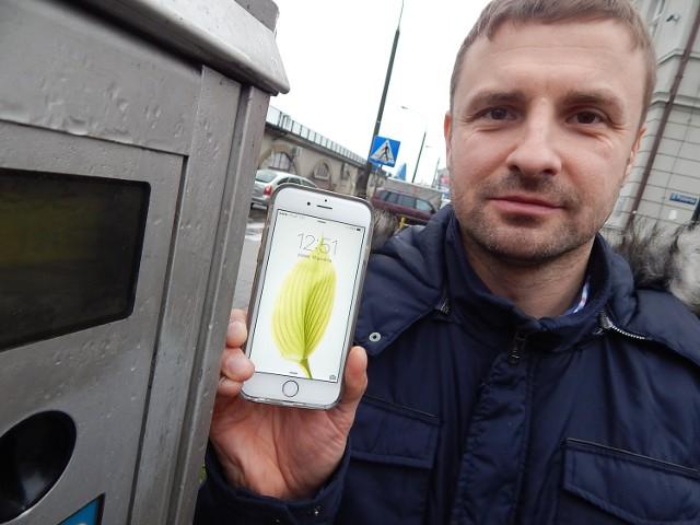 - Potwierdzam. Godzina na dwóch smartfonach jest taka sama, ale inna niż  na zegarze w parkomacie - mówił nam w piątek po południu Mariusz Leszczyński, którego spotkaliśmy w centrum.