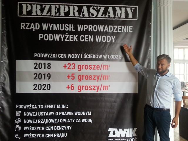 Radny Bartosz Domaszewicz powiesił wielki baner przed salą obrad Rady Miejskiej w Łodzi.