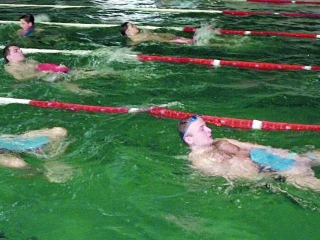 Zajęcia praktyczne z doskonalenia pływania na plecach, stylu przydatnego podczas holowania osób.