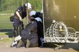 Policjant zawieszony. Kopniakiem zajmie się inna prokuratura