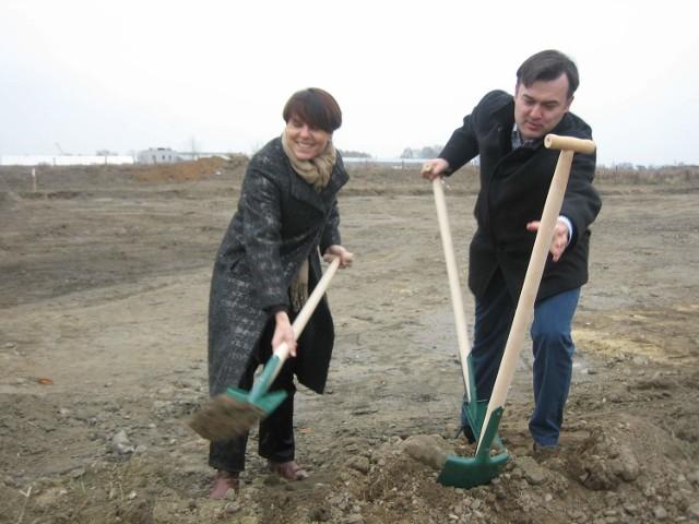 Pierwsze symboliczne łopaty pod inwestycje wbili wspólnie burmistrz Jolanta Barska i Michał Spisak, przedstawiciel firmy Advantech