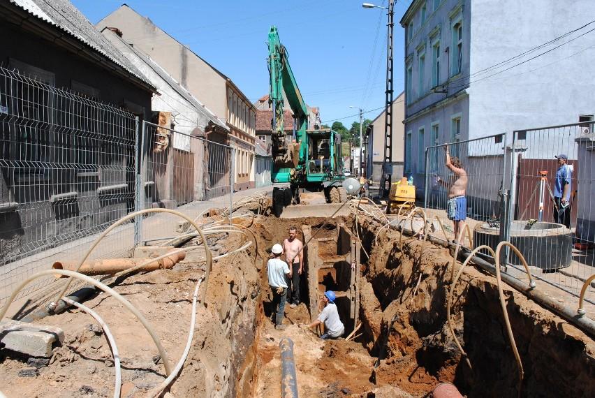 Przed sześciu laty w ramach rewitalizacji koronowskiej starówki wymieniano wszelkie podziemne  rury, założono też kanalizację deszczową. Szkoda, że już wtedy nie położono sieci gazowej...