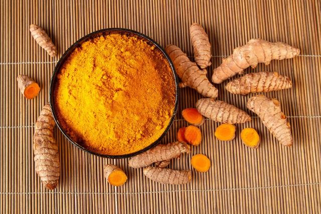 Kurkuma, czyli ostryż długi to bylina z rodziny imbirowatych. Rośnie dziko w Indiach, ale uprawiana jest w wielu krajach Azji Południowo-Wschodniej, stanowiąc ważny element potraw tamtejszej kuchni.