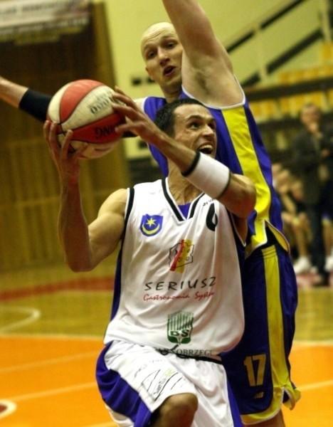 Adriana Czerwonkę (z piłką) i jego kolegów z drużyny koszykarzy Siarki Tarnobrzeg czeka walka do upadłego w najważniejszych meczach w karierze.