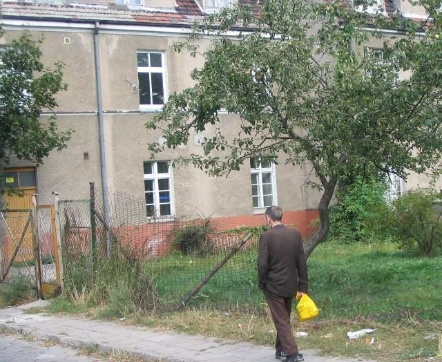 Budynek przy Krasińskiego 19 póki co straszy przechodniów. Od frontu za płotem leży mnóstwo śmieci, z tyłu płot jest przewrócony (na zdjęciu).
