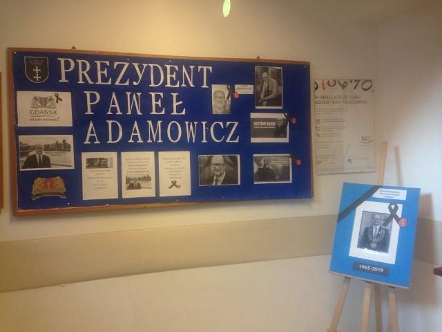 Tablica upamiętniająca prezydenta Pawła Adamowicza w SP nr 50, której był absolwentem
