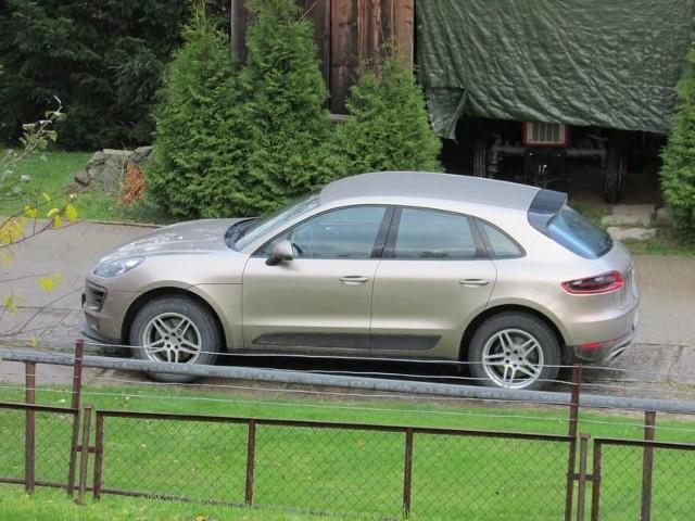 Porsche macan warte 400 tys. zł, którym jeździ proboszcz razi część parafian z Kasiny Wielkiej