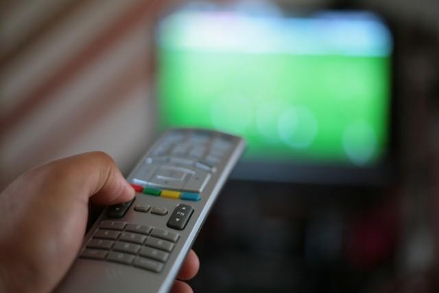Sportowy weekend w TV. Piłkarze Lecha grają w Gdańsku, wielkie emocje czekają fanów piłki ręcznej