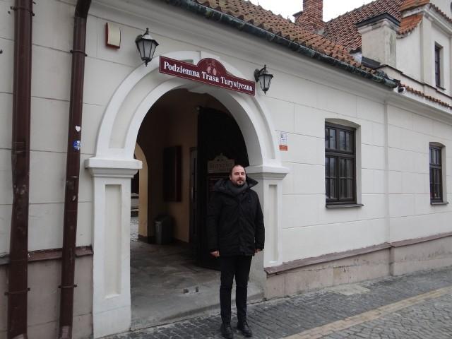 Od siedmiu lat turystów po podziemnej trasie turystycznej w Sandomierzu oprowadza  między innymi Andrzej Lewicki, jeden z kilkunastu przewodników