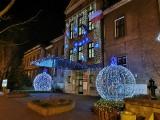 Chrzanów. Świąteczne iluminacje rozbłysnęły w centrum miasta. Urokliwie prezentuje się nocą [ZDJĘCIA, WIDEO]