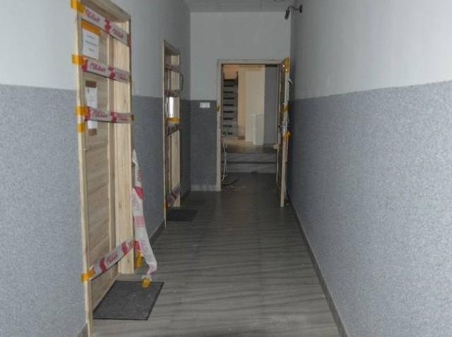 Hostel, w którym mieszkał Mamuka K. wraz z grupą rodaków (wspólnie pracowali na budowie) i w którym doszło do krwawej zbrodni, jest nieczynny.Po przeprowadzeniu oględzin oraz wizji lokalnej z udziałem trzech aresztowanych jeszcze w tej sprawie osób (dwaj Gruzini i Białorusinka usłyszeli już zarzuty zatajenia zbrodni i poplecznictwa, czyli składania fałszywych zeznań i zacierania śladów), budynek przy ul. Żeromskiego został oddany do dyspozycji właściciela, oprócz jednego pomieszczenia...