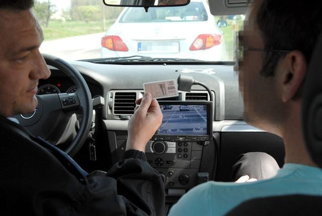 Ten kierowca dostał już mandat. Dogoniła go policyjna vectra z wideorejestratorem.