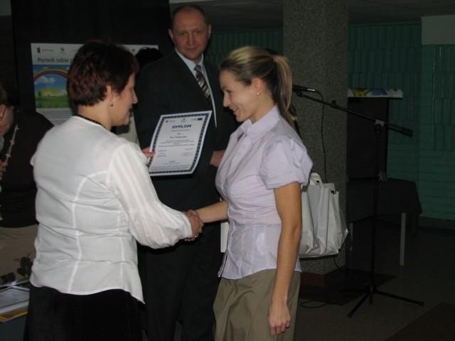 Jedną z beneficjentek była Ewa Dobkowska. Jak wszyscy, otrzymała dyplom i upominki.