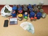 Mieszkaniec Plewisk w słoikach zamiast przetworów trzymał... marihuanę. Policja zabezpieczyła narkotyki o wartości blisko 30 tys. zł