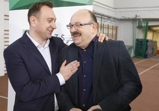 Wiceprezydent Tomasz Trela i nie kryjący zadowolenia prezes AZS Łódź Lech Leszczyński