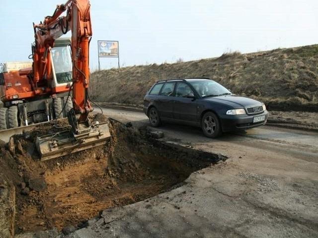Drogowcy naprawiają szosę wojewódzką 212 w Ciecholewach koło Konarzyn. Asfalt położą do połowy kwietnia.