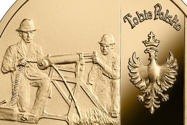 """Na rewersach obydwu monet uhonorowano bohaterów tamtych dni – powstańców. Na złotej monecie, w cywilnych ubraniach, klęczą za zdobycznym niemieckim ciężkim karabinem maszynowym Maxim wzór 1908. Obok nich widnieje jeden z powstańczych sztandarów z orłem i napisem """"Tobie Polsko"""". Na monecie srebrnej orzeł powstańczy znajduje się nad wizerunkami powstańców"""