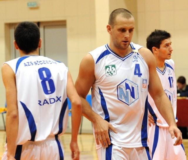 Marcin Jakubowski (w środku) w sobotę powinien zaprezentować się po raz kolejny szczecińskiej publiczności w meczu z Pogonią Prudnik. Z prawej Maciej Majcherek.