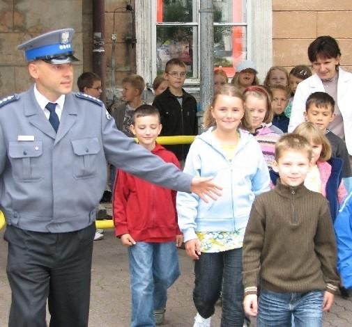 Policjanci zwracają uwagę dzieci między innymi na to, jak bezpiecznie przechodzić przez jezdnię