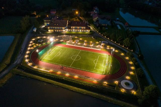 Nocą obiekt sportowy w Biórkowie Wielkim wygląda bardzo efektownie.
