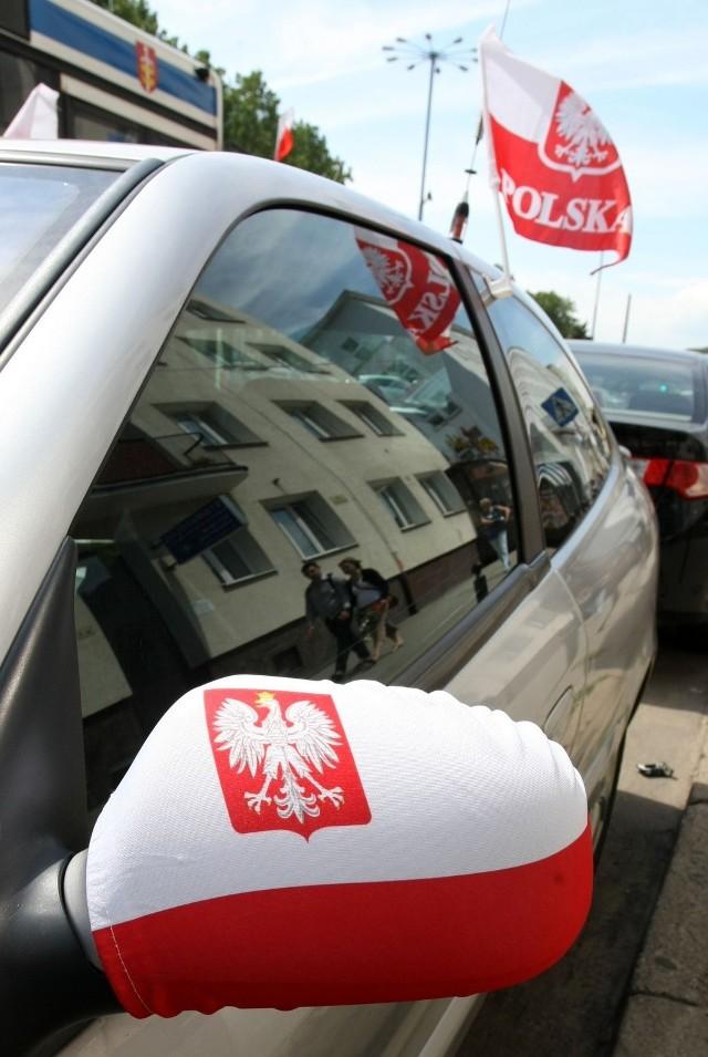 Auta są przystrojone na Euro 2016 w barwy narodowe. Policja nie ma do tego uwag, mandat kierowcom nie grozi