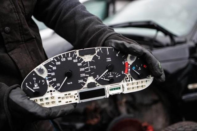 Zgodnie z nowelizacją kara do 3 tys. zł grzywny będzie grozić też za nie zgłoszenie w stacji kontroli pojazdów wymiany całego licznika na nowy np. z powodu awarii.