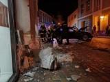 Zbąszyń: Auto prawie wjechało do sklepu! Kierowca uciekł [ZDJĘCIA]