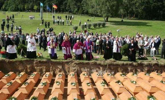 Szczątki 2016 niemieckich cywili spoczęły we wspólnej kwaterze na cmentarzu wojennym w Glinnej koło Starego Czarnowa. Od 2006 roku pochowano tutaj już ponad 13 tysięcy osób – niemieckich żołnierzy i ludności cywilnej z okresu drugiej wojny światowej.