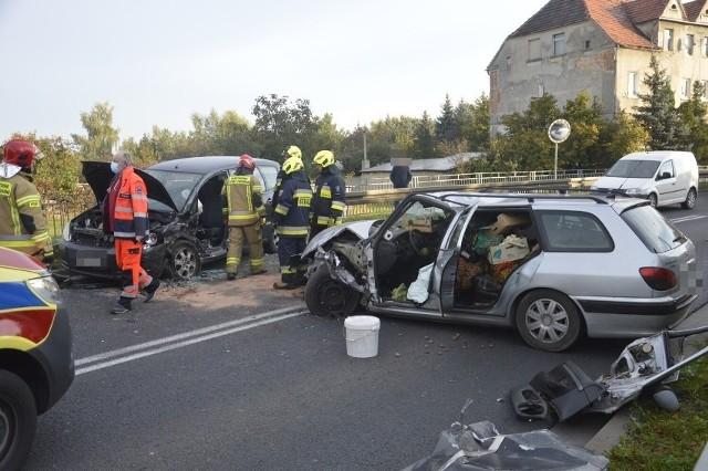 Wypadek na DK12. Droga na wysokości miejscowości Serby jest zablokowana. Rośnie korek i to w miejscu, gdzie trudno wyznaczyć objazdy.