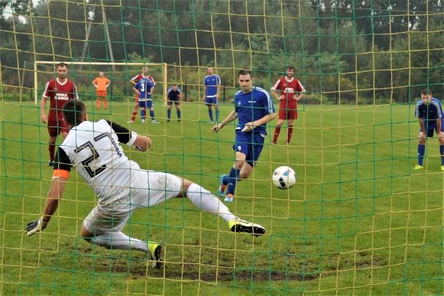 Mariusz Piskorek wykorzystując karnego pieczętuje zwycięstwo Niwy Nowa Wieś w Gromcu nad Nadwiślaninem 4:0, w pojedynku najlepszych ekip wadowickiej piłkarskiej klasy okręgowej.
