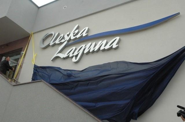 Burmistrz Sylwester Lewicki odsłania nazwę basenu: Oleska Laguna.