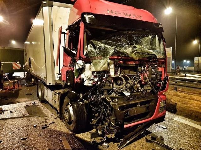 Do wypadku doszło w okolicach gminy Lututów w powiecie wieruszowskim. W czasie przemieszczania się drogą S8 kolumna pojazdów zatrzymała się na poboczu. Wtedy na tył pojazdu zamykającego, pilota, najechał samochód ciężarowy iveco. Niestety, kierowca-pilot w wyniku tego zdarzenia poniósł śmierć na miejscu. Jest nim 59-letni mieszkaniec Torunia. Kierowca, który prowadził samochód ciężarowy, był trzeźwy. Został zatrzymany do wyjaśnienia.>> Najświeższe informacje z regionu, zdjęcia, wideo tylko na www.pomorska.pl