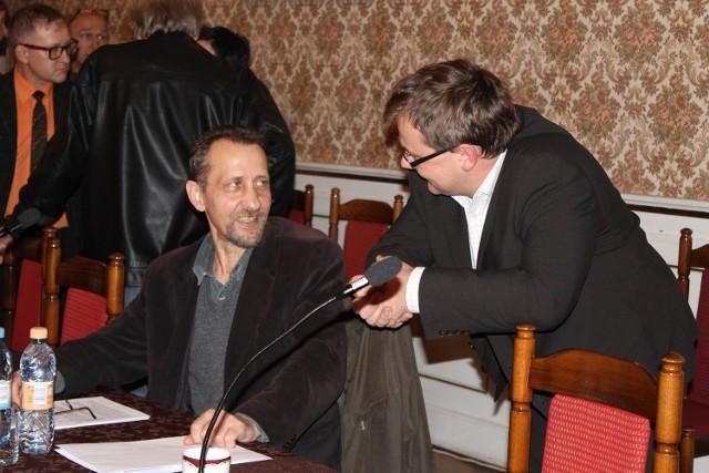 Radny Cyprian Maszlong (z prawej) walczy o zakaz nadajników. Obok Piotr Łoś, przewodniczący komisji gospodarki w radzie miasta.