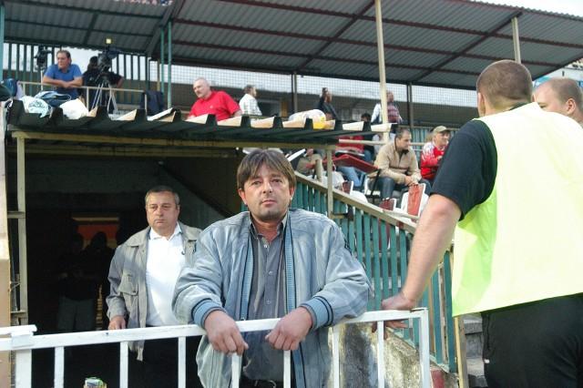 Jacek Ziober przed starą trybuną na dawnym stadionie ŁKS