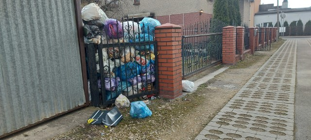 Śmieci piętrzą się na posesji przy ulicy Traugutta w Sosnowcu. Mieszkańcy są bezradni. Zobacz kolejne zdjęcia. Przesuń zdjęcia w prawo - wciśnij strzałkę lub przycisk NASTĘPNE