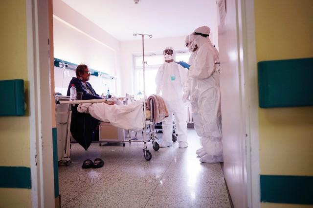 Jak przyznają medycy, wzrost zachorowań zauważalny jest także w samych szpitalach. Zdaniem prof. Mozer-Lisewskiej coraz więcej osób przechodzi cięższe zakażenia, w związku z czym muszą być one hospitalizowane.