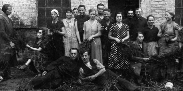 Pracownicy fabryki w 1937 roku. Moja mama trzecia od lewej, w  białej chusteczce na głowie. Wujek Heniek Pacuk na dole, od lewej.