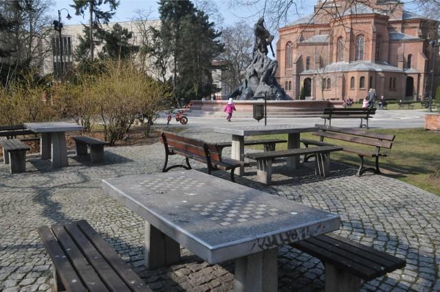 Funkcjonariusze niezwłocznie udali się w stronę Parku Kazimierza Wielkiego, gdzie zauważyli podejrzanego mężczyznę. Na widok radiowozu zaczął uciekać. Po krótkim pościgu został ujęty.