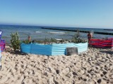 """""""Pomysłowi"""" turyści ozdobili parawan na plaży gałęziami z chronionego prawem wybrzeża wydmowego"""