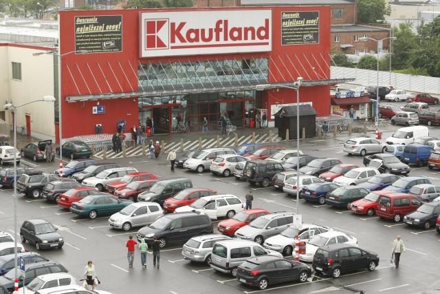W sobotę około godz. 21 ochrona sklepu Kaufland przy ul. Legnickiej musiała użyć gazu pieprzowego wobec pijanego mężczyzny. Spowodowało to problemy z oddychaniem pozostałych klientów sklepu
