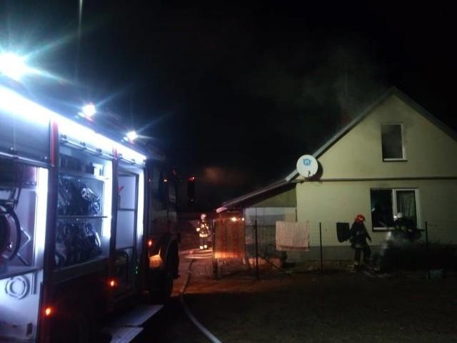 Do pożaru domu rodzinnego doszło w czwartek przy ul.Świerkowej w Dobrzyniewie Dużym.. Po dotarciu na miejsce zdarzenia strażacy zastali palący się drewniany strop budynku, który był ocieplony trocinami. Zdjęcia dzięki uprzejmości OSP Dobrzyniewo Duże.