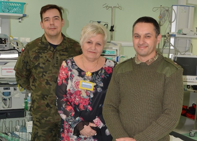 Mjr William Ambler, przedstawiciel angielskiej armii (z prawej) oraz kpt Marcin Banasiak podczas wizyty w SOR słupskiego szpitala. Gości oprowadzała Małgorzata Żuchlińska, przełożona SOR
