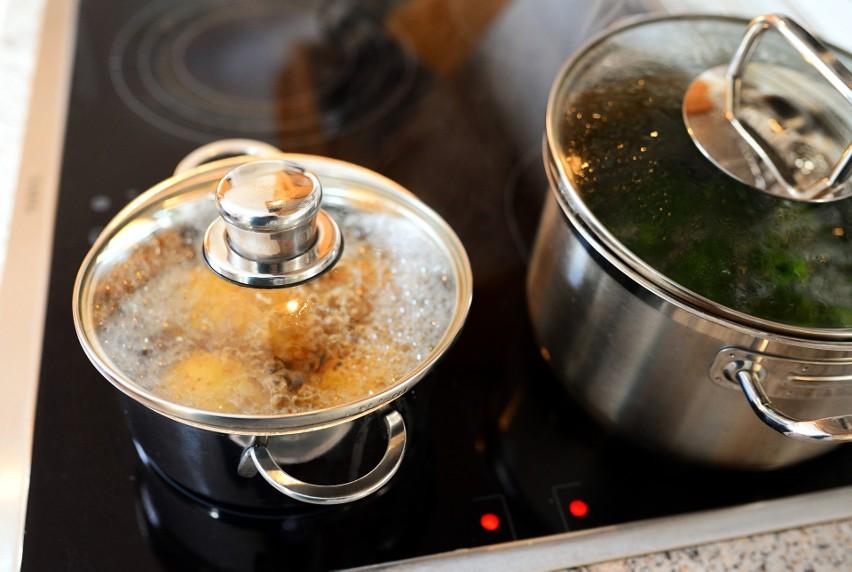 Wodę po gotowaniu wielu produktów i warzyw warto...