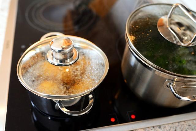 Wodę po gotowaniu wielu produktów i warzyw warto wykorzystać. Nie inaczej jest z wodą po kiszonkach. Oto sposoby na ich pożyteczne zagospodarowanie.