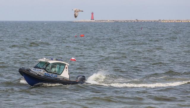 Tragiczne wiadomości znad polskiego morza. Wczoraj dwóch mieszkańców Grudziądza zaginęło na Mierzei Wiślanej. Jak informuje TVN 24 jednego z nich wyłowili turyści. Mimo reanimacji mężczyzna zmarł. Czytaj dalej na kolejnych slajdach --->FLESZ - letnie upały, jak reagować w razie udaru słonecznego?