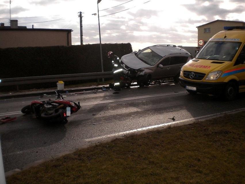 Wypadek w Krapkowicach. Kierujący motorowerem, skręcając w ulicę Górną nie ustąpił pierwszeństwa kierowcy mitsubishi. Prowadzącemu ten samochód nie udało się uniknąć wypadku i potrącił kierującego jednośladem. Odbijając w prawo uderzył też w stojącego poloneza.